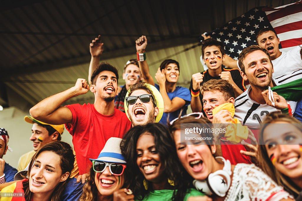 mixed-Welt Unterstützer im Fußballstadion : Stock-Foto