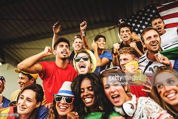 mixed-Welt Unterstützer im Fußballstadion