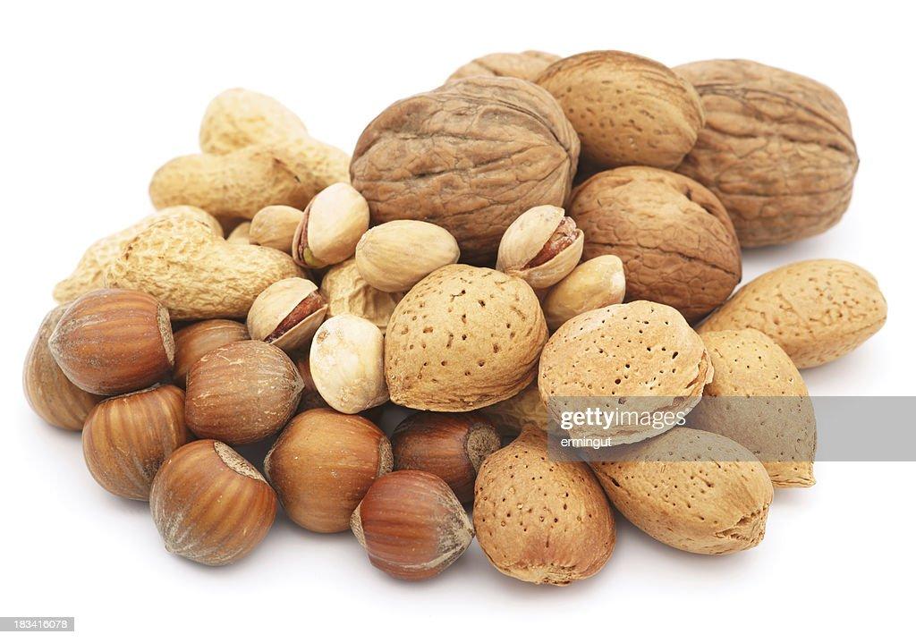 Nüsse Haufen isoliert auf weiss : Stock-Foto