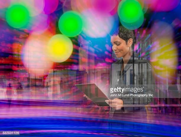 mixed race businesswoman using digital tablet - figurantes incidentais - fotografias e filmes do acervo