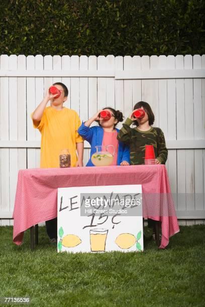 mixed race children selling lemonade - 率先 ストックフォトと画像