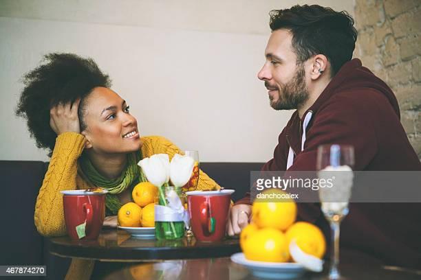 race mixte couple ayant un café au Caffé