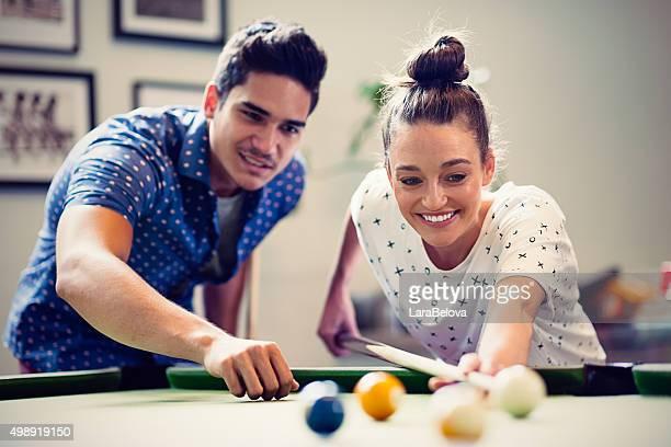 異人種のカップルでお楽しみいただけるプールゲームのパブ