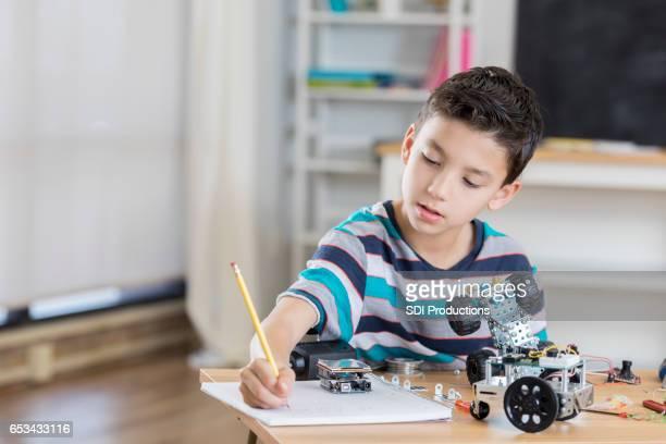 Estudiantes de primaria de raza mixta trabaja en proyecto de robótica