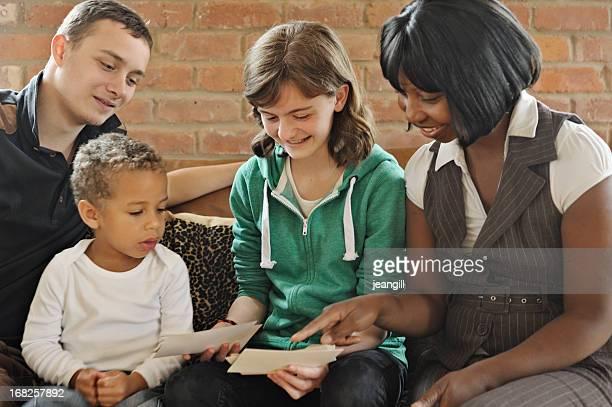 Familia de raza mixta vistazo a las fotos