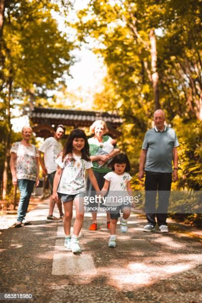 Gemischte Rassen Familie verlor im park