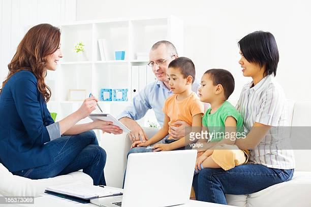 Razza mista famiglia incontro con il Consulente finanziario
