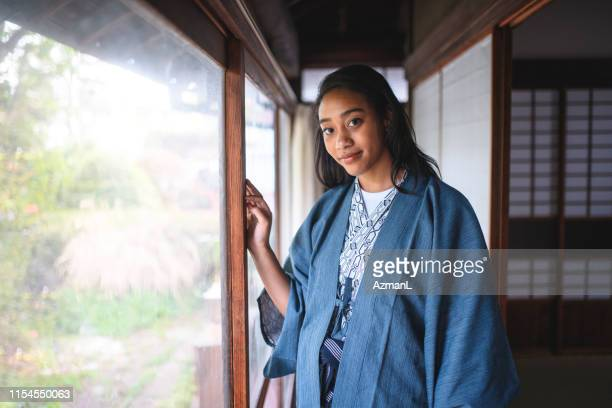 東京旅館のミックスレース女子ゲスト - 宿屋 ストックフォトと画像