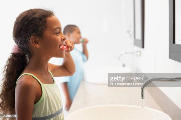 mixed race girl brushing teeth - miscigenado - fotografias e filmes do acervo