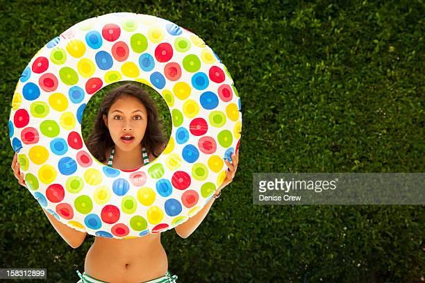 mixed race girl holding inflatable ring - sherman oaks - fotografias e filmes do acervo