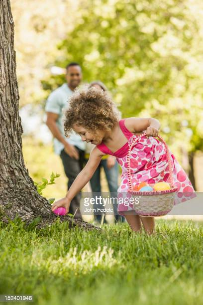 mixed race girl on easter egg hunt - chasse aux oeufs de paques photos et images de collection