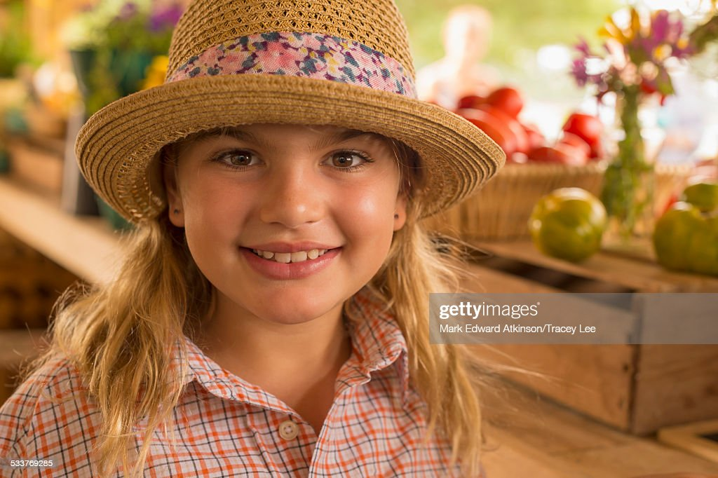Mixed race girl smiling at farmers market : Foto stock