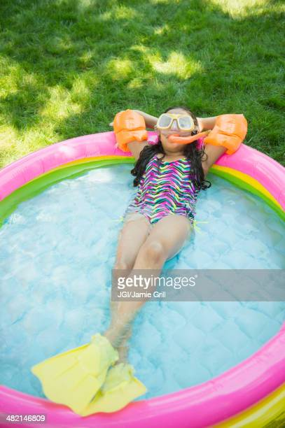 mixed race girl wearing snorkeling gear in wading pool - bronzage humour photos et images de collection