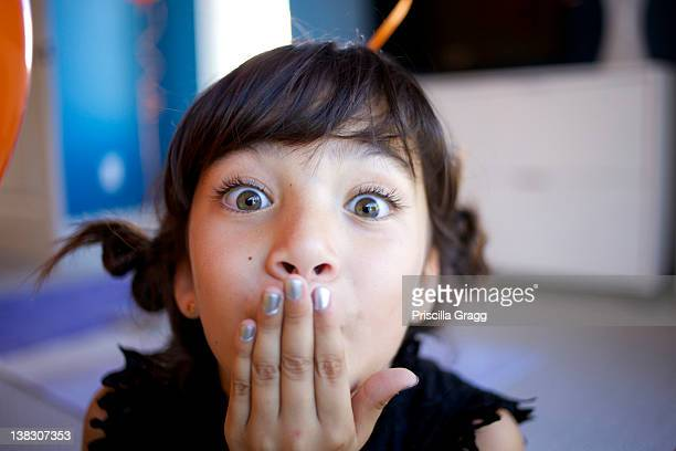 mixed race girl with hand over mouth - alleen één meisje stockfoto's en -beelden