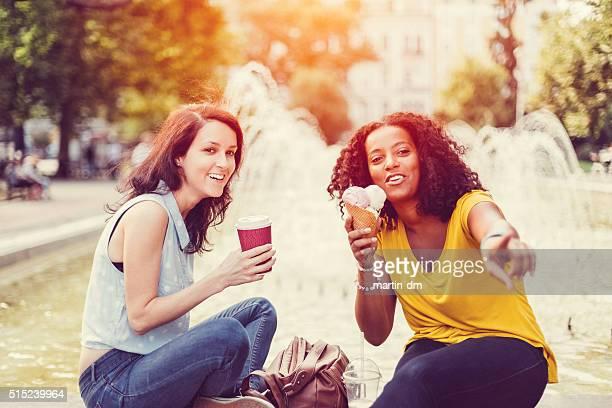 meninas de raça mista a conversar e a rir - cabelo encaracolado imagens e fotografias de stock