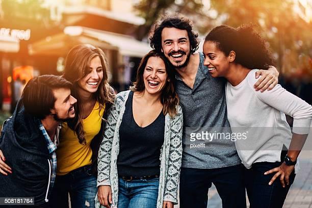 異人種の友人の集団