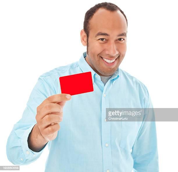 Hombre de raza mixta sonriente sostiene negocios o de la tarjeta de crédito