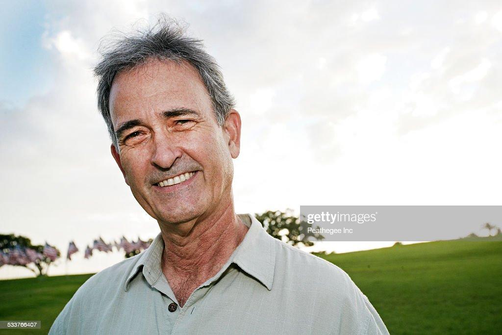 Mixed race man smiling outdoors : Foto stock