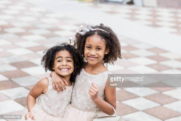 irmãs de raça mista usando tiaras e princesa vestidos - família de dois filhos - fotografias e filmes do acervo
