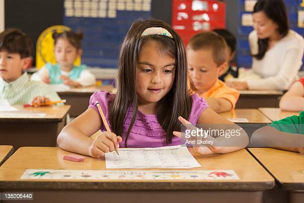 人種で勉強する学生のデスクで、スクール形式