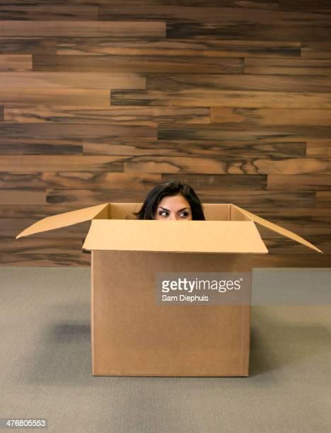 mixed race woman hiding in cardboard box - demenagement humour photos et images de collection