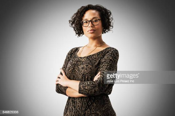 mixed race woman standing with arms crossed - braços cruzados - fotografias e filmes do acervo