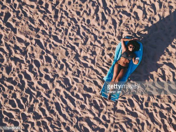 mulher de raça mista, tendo selfie na praia - cadeira recostável - fotografias e filmes do acervo