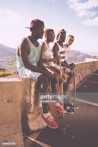 Gemischte ethnische Gruppe von coolen teen skater Freunde