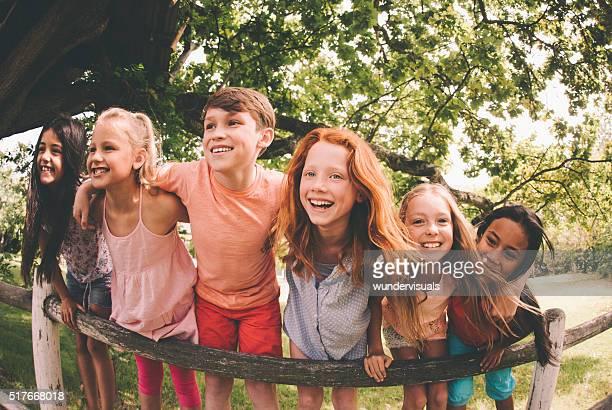 Race mixte groupe de rire les enfants dans un parc d'été