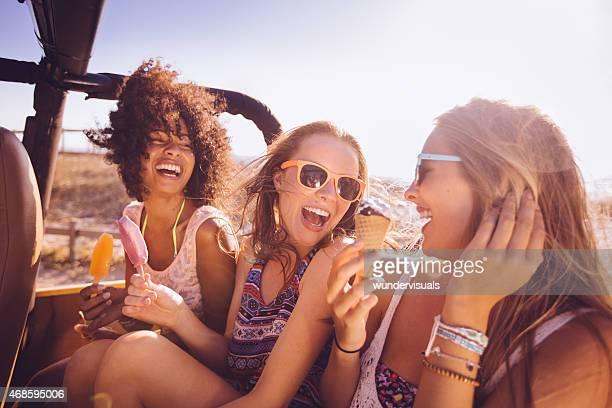 gemischte ethnische gruppe von teenagern spaß mit eiscrème - eis am stiel stock-fotos und bilder