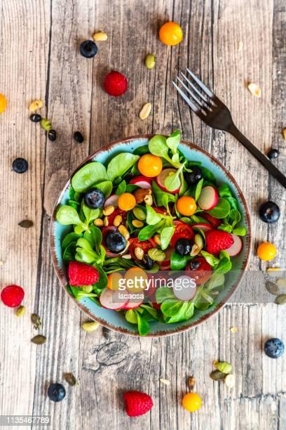 mixed salad wiht nuts and fruits - crucíferas - fotografias e filmes do acervo