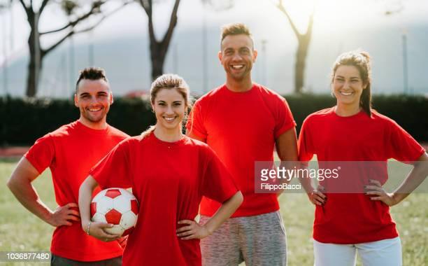 mezcla fútbol equipo juntos en el campo - equipo de fútbol fotografías e imágenes de stock