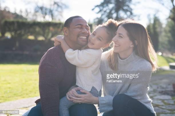 mixed-race familieportret - gemengde afkomst stockfoto's en -beelden