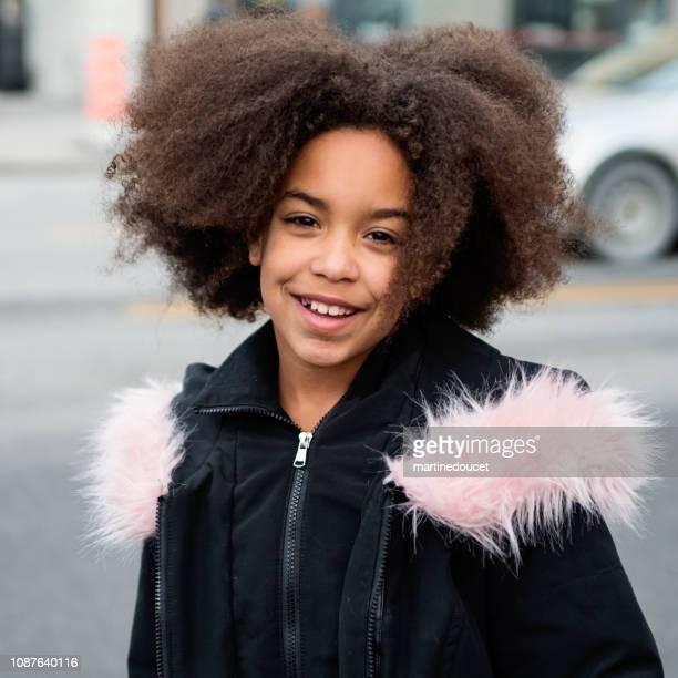 """raça mista jovem menina andando na rua no inverno da cidade. - """"martine doucet"""" or martinedoucet - fotografias e filmes do acervo"""