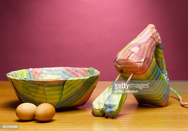 mixer and bowl wrapped in gift paper - avvolto foto e immagini stock