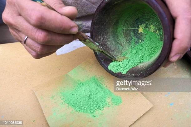 Mixing brillant green pigment powder