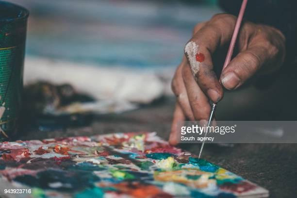 mischen von farben für kunst - künstleratelier stock-fotos und bilder