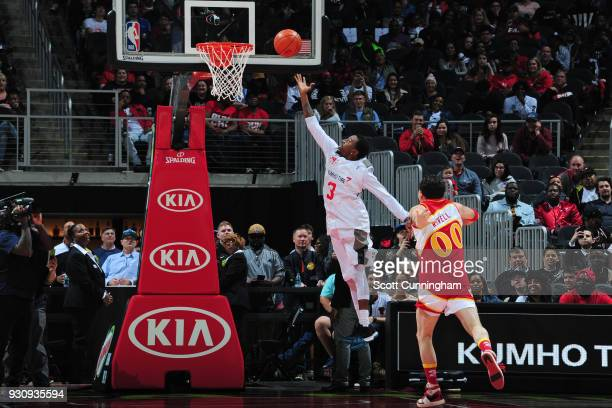 Mixtape legend Hot Sauce drives to the basket against Darren Rovell during a 1 on 1 challenge during halftime of the game between the Chicago Bulls...