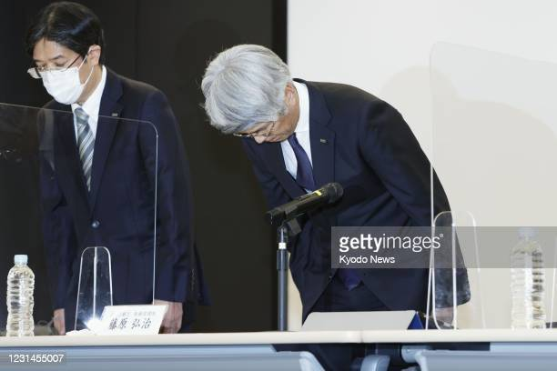 Mizuho Bank President and CEO Koji Fujiwara bows in apology at a press conference in Tokyo on March 1 over a system failure that prevented customers...