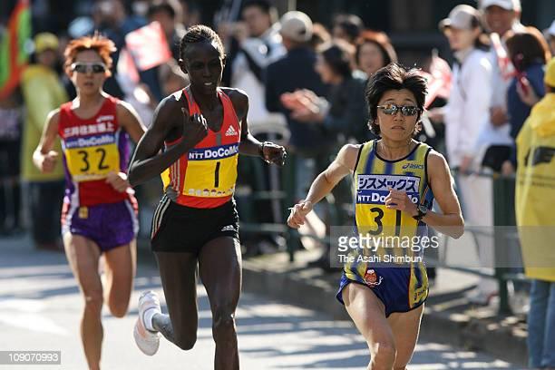 Mizuki Noguchi of Japan takes a lead to Salina Kosgei of Kenya and Yoko Shibui of Japan during the 2007 Tokyo International Women's Marathon on...