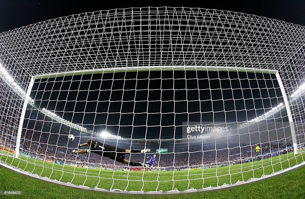 Croatia v Turkey - Euro 2008 Quarter Final : News Photo