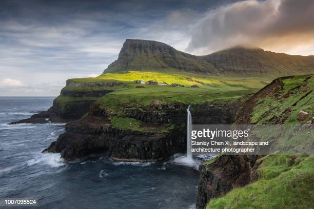 múlafossur waterfall - islas faroe fotografías e imágenes de stock