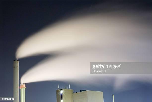 Müllverbrennungsanlage Müllverbrennungsanlagen Rauch Qualm Müll Müllverbrennung Klima Klimawandel Umweltverschmutzung Luftverschmutzung abends Abend...