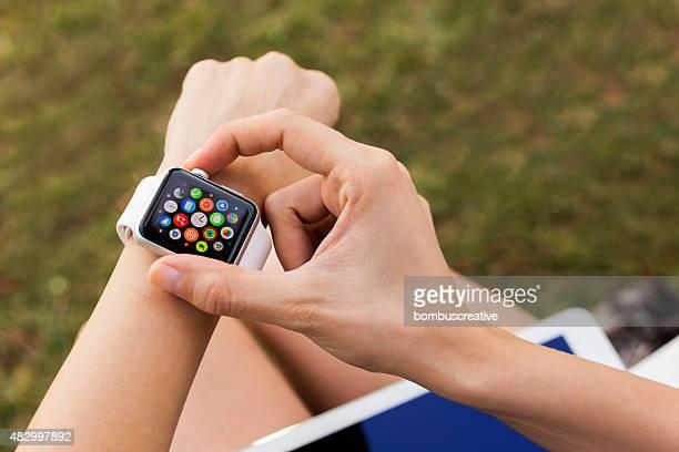 apple watch 42 mm acier inoxydable avec bande de sport - un seul objet photos et images de collection