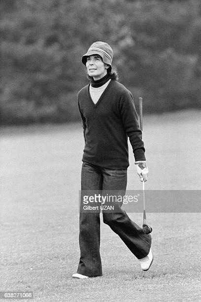Mme ChabanDelmas Micheline Chavelet joue au golf avec son mari à JouyenJosas France le 11 mai 1978