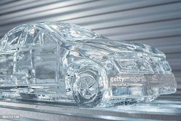 mmelting car made of ice - skulptur kunstwerk stock-fotos und bilder