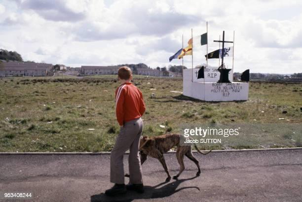 Mémorial du militant de l'IRA Bobby Sands avec un Drapeau de l'Ulster circa 1985 à Belfast en Irlande du Nord