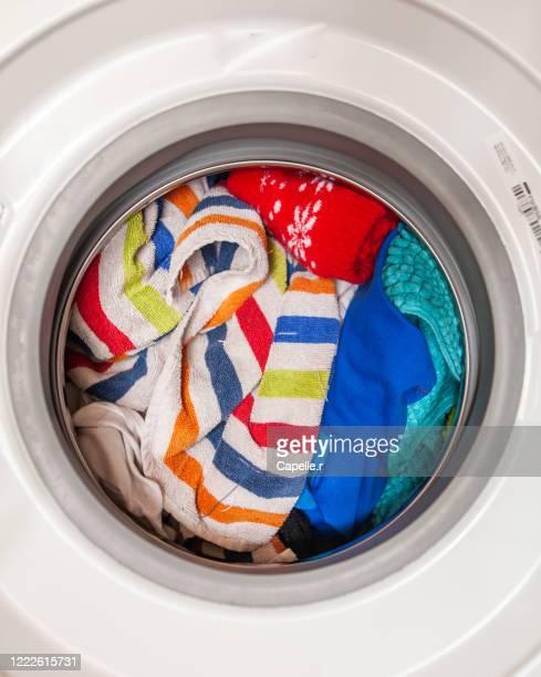 ménage - machine à laver pleine de linge - white goods stock pictures, royalty-free photos & images