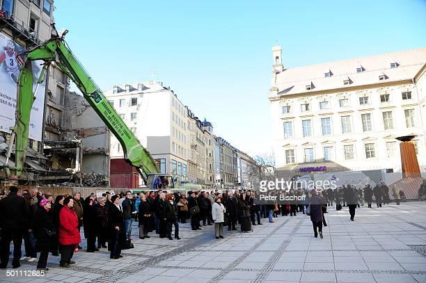 Münchener sahen auf VideoLeinwand zu Trauergäste Trauerfeier für Bernd Eichinger vor StMichaelKirche München Bayern Deutschland Europa schwarz...