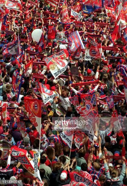 Münchner Bayern-Fans in einem blau-weiß-rotem Meer ihrer Vereinsfarben: Mit Fahnenschwenken und hoch erhobenen Schals feiern etwa 20.000 Anhänger am...